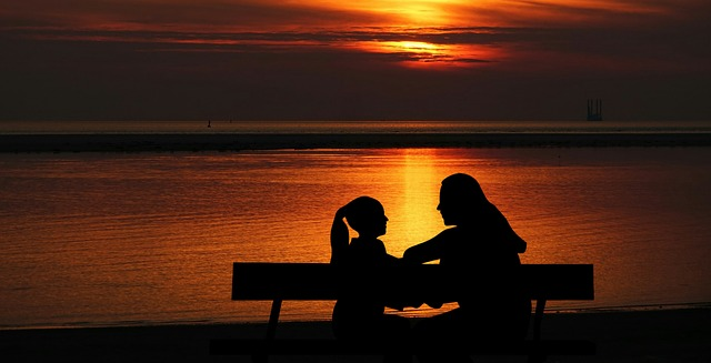 bambino e mamma al tramonto